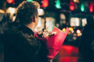 Hombre con un ramo de flores en la mano