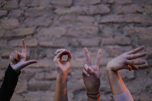 La palabra amor en inglés, love, representado a través de la forma de las manos