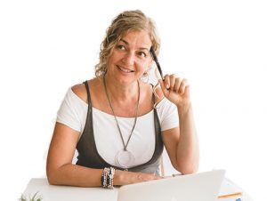 Ana Fernández sonriente y pensativa