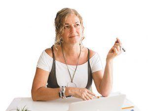 Ana Fernández pensativa