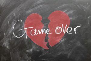 "Corazón roto con ""Game over"" escrito"
