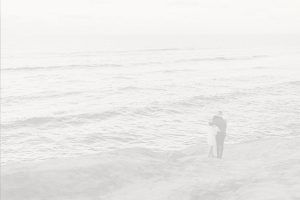 hombre y mujer disfrutando de la playa