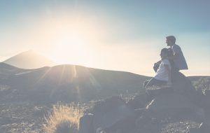 Hombre y mujer abrazados disfrutando del paisaje de Tenerife