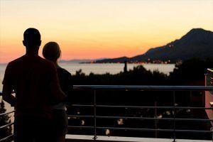 Hombre y mujer abrazados disfrutando de las vistas de la isla de Tenerife