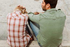 Hombre y mujer con dificultades de pareja